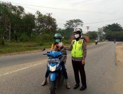 Sat Lantas Polres Sekadau Berikan Pengaturan Jalan dan Sampaikan Protokol Kesehatan