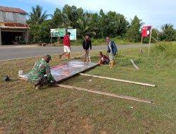 Kompak, Babinsa Temajuk Ajak Masyarakat Pasang Plang Stop Pembakaran Hutan dan Lahan