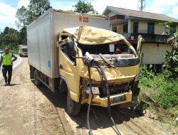 Mobil Box Hilang Kendali, Tabrak Rumah Warga di Peniti
