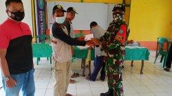 Personel Satgas Yonif 642/Kps Bantu Pemerintah Desa Salurkan Tunjangan Kepada Abdi Desa