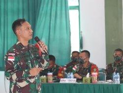 Dalam Rangka Penyiapan Tugas Operasi, Dansatgas Pamtas Yonif 642/Kps Berikan Pembekalan Kepada Prajurit Yonif Mekanis 643/Wns