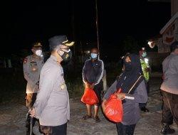 Kapolres Kubu Raya Pimpin Patroli Skala Besar dan Bagikan Sembako Kepada Masyarakat