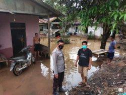 Banjir di Desa Binaan, Ini Yang Dilakukan Bhabinkamtibmas Polsek Sekadau Hulu
