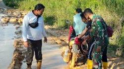 Keterangan foto: Kondisi jalan di Desa Suak Barangan, Kecamatan Sadaniang, Kabupaten Mempawah yang becek dan berlumpur. (Istimewa)